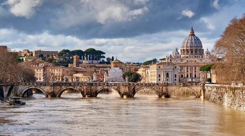Собор Святого Петра в Риме и река Тибр